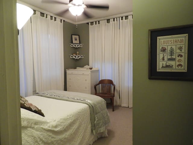 Cozy Bedroom - Drawer & Closet Space available