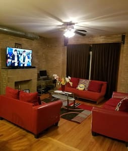 Space and Comfort (Condo) - Chicago - Apartment