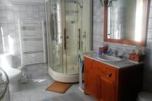 salle de bains commune avec WC