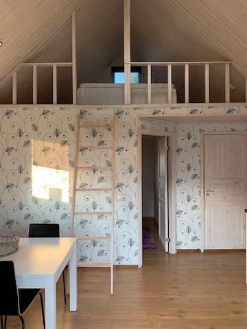 Stege upp till sovloftet där dubbelsängen finns. Continentalsäng