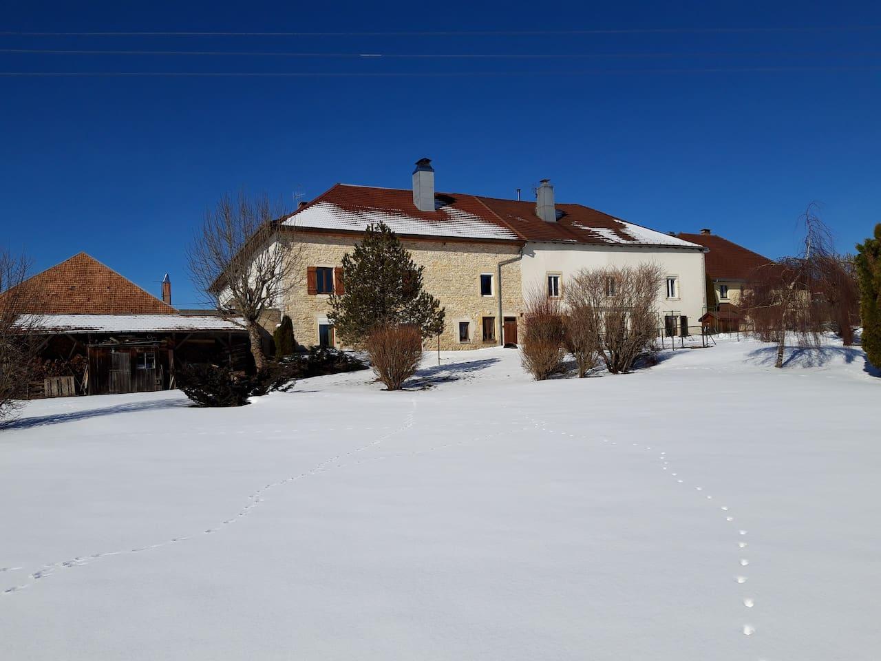 L'appartement correspond à la fenêtre située en haut à gauche de la maison en pierre.