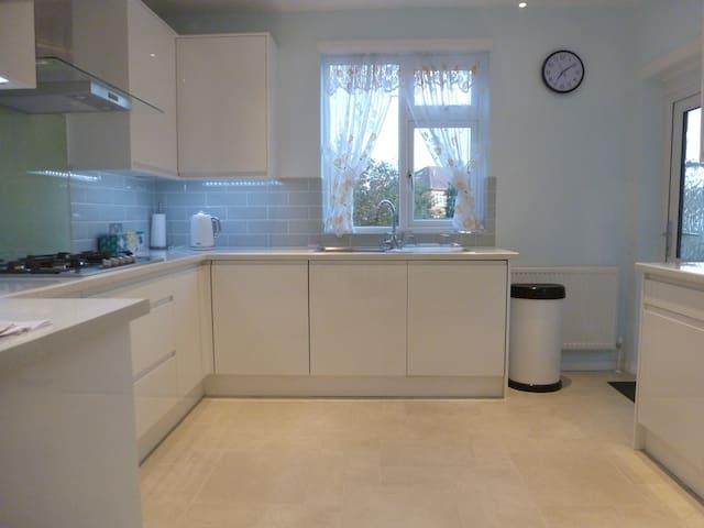 Beautiful Modern Home in West London - Parking - Айлворт - Дом