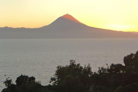 Sul de São Jorge com vista de mar e Ilha do Pico