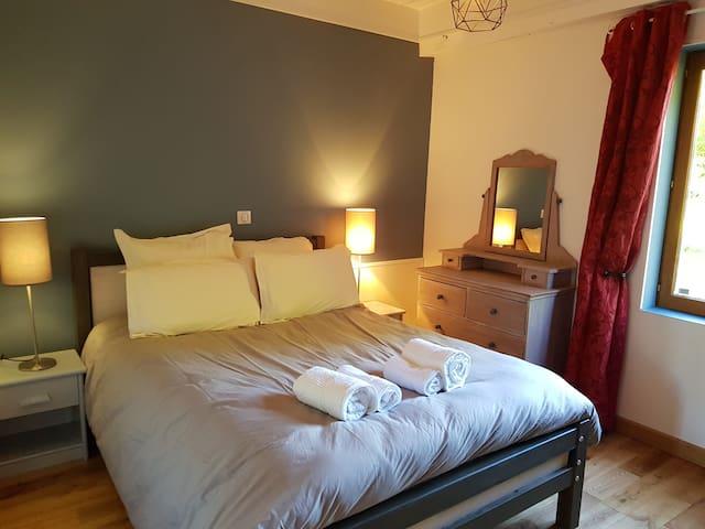 Une chambre vous attend au rez de chaussée, à proximité de la salle de bain