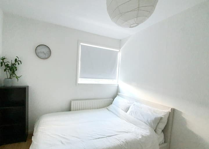 Comfortable Ensuite Double Room  (30 sec to Lidl)
