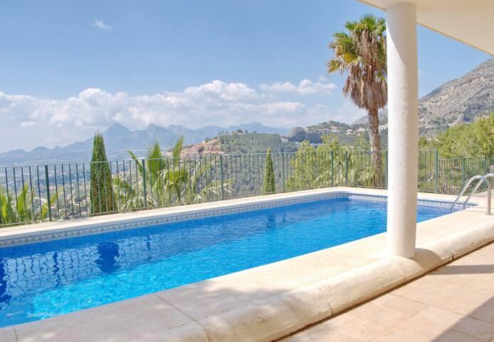 Chalet con piscina y jardin en Altea Hills