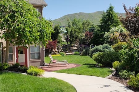 Beautiful Spacious 1,800 SF Sunlit Apartment
