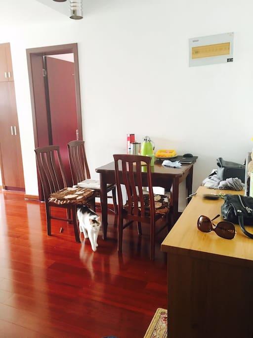 客厅的餐桌