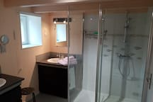 salle de bain spacieuse avec grand placard.