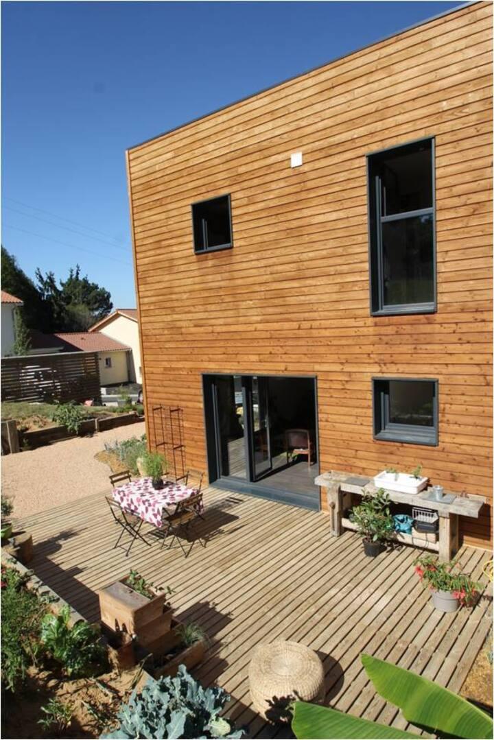 Chambre zen dans maison ossature bois / terrasse