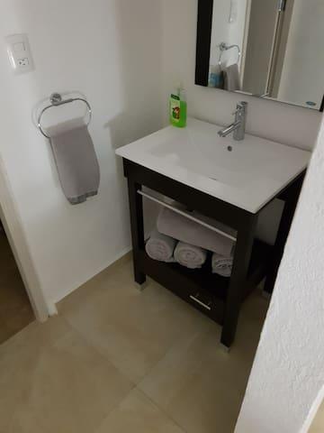 Baño completo para habitaciones 2 y 3