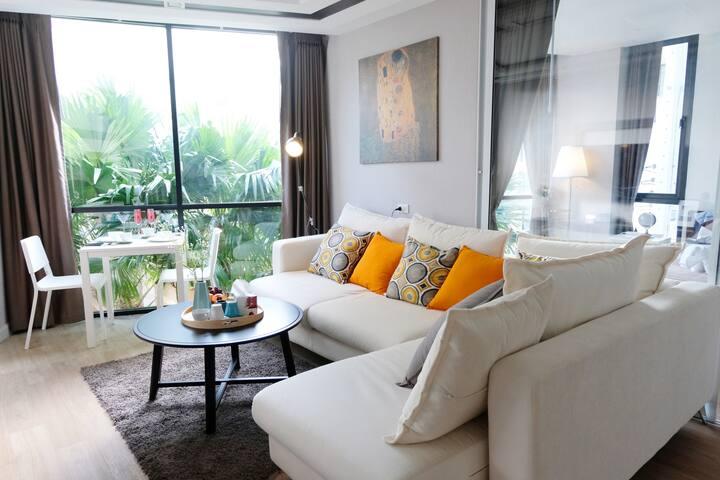 Modern Tropical Designer room - 5 Mins to Foodland