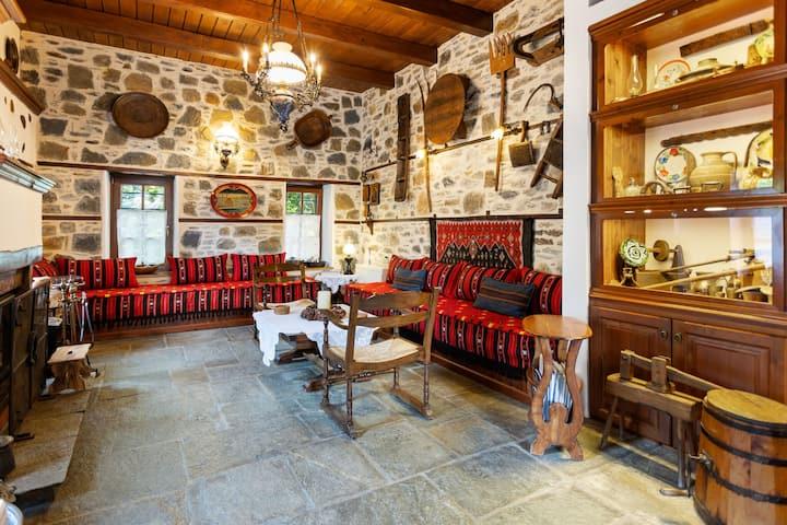 Chambre à trois lits dans un hôtel de charme. Un petit déjeuner grec est inclus.