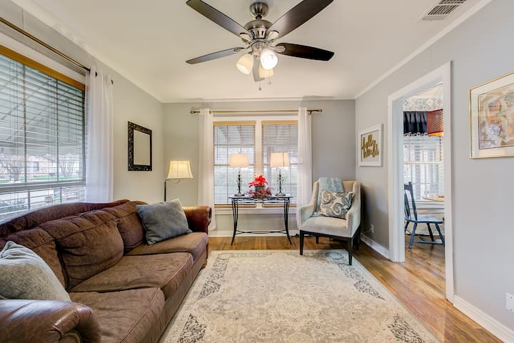 Adorable Home in Historic Granbury! Walk to Square