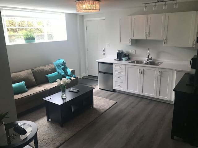 North Vancouver Bright Modern Two Bedroom Suite