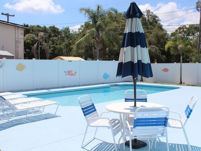 4 BR Home with heated pool, minutes to beaches