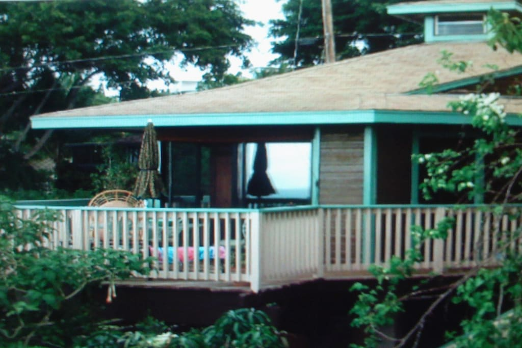 Darling cottage with ocean views, lanai and BBQ, hot tub