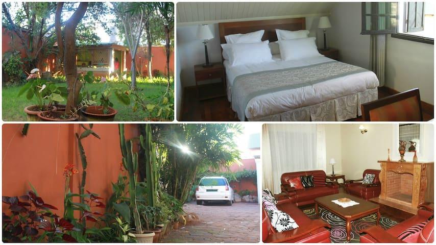 Située dans une charmante villa avec jardin et chalet
