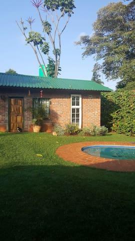 A Charming Sqwonk Inn - Harare - Stuga