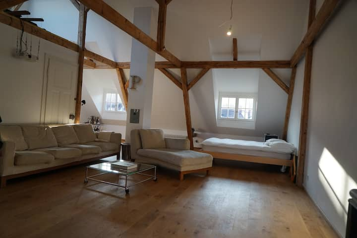 Beautiful Attic Loft- 3 minutes walk from Fair!