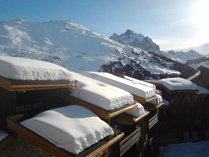 Ski et commerces au pied. Hameau Méribel-Mottaret
