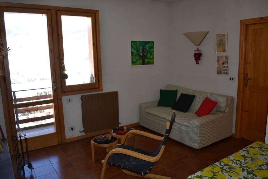 soggiorno con balcone e vista panoramica sul monte Cimone, più divano letto