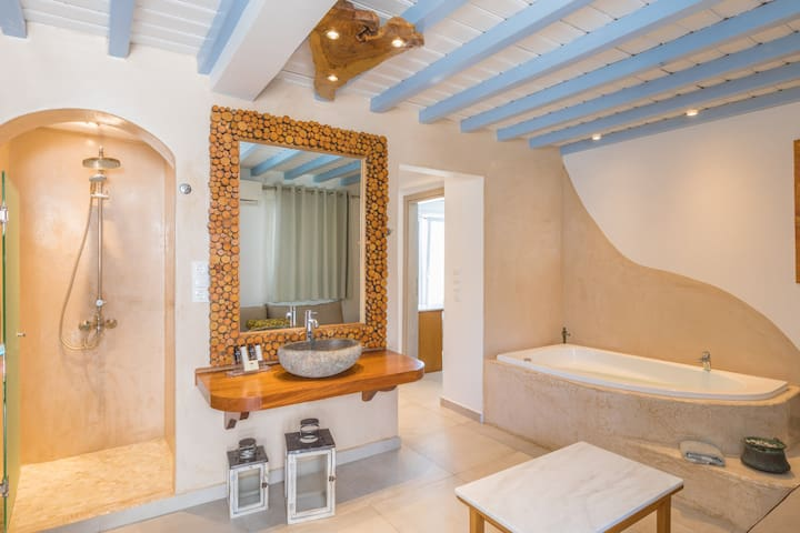 Suite with sea view and indoors jacuzzi bath.