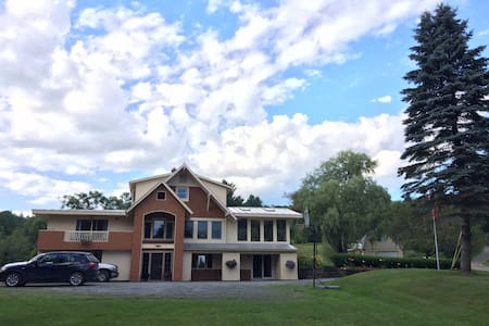 Cozy country home in woods with pond. - Middlesex - House