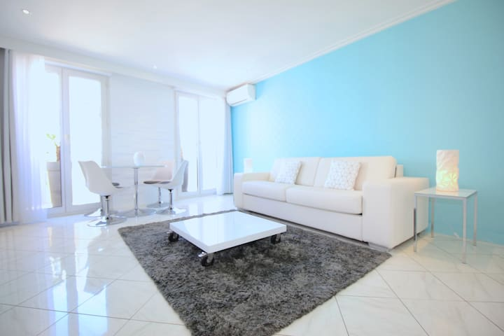 2 min walk beach,quiet 1 bedroom, lift, air cond
