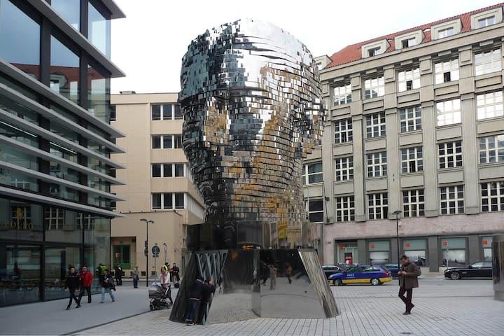 moving head Franz Kafka