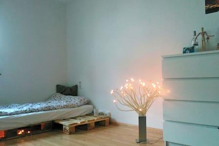 Kleines aber feines Zimmer, stadtnah, im Grünen - Merzhausen - Rumah