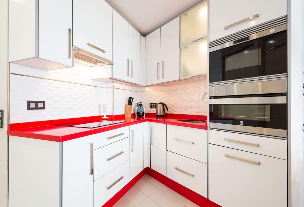 Cocina de diseño moderno y funcional con todos los electrodomésticos necesarios Modern and functional kitchen with all the necessary appliances