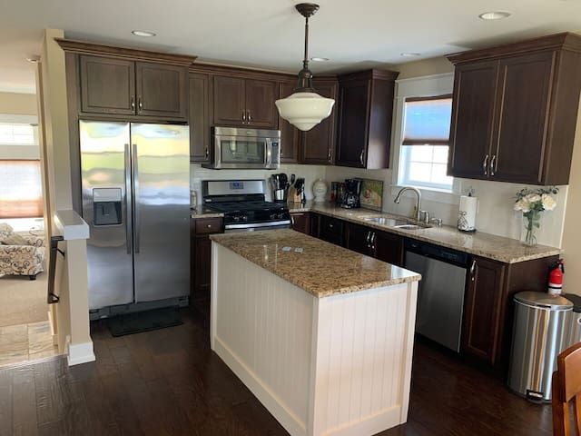BEACHWOOD FAIRWAY RETREAT: : WIFI-Updated, clean condo!
