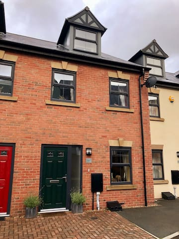 Comfy townhouse near Manchester