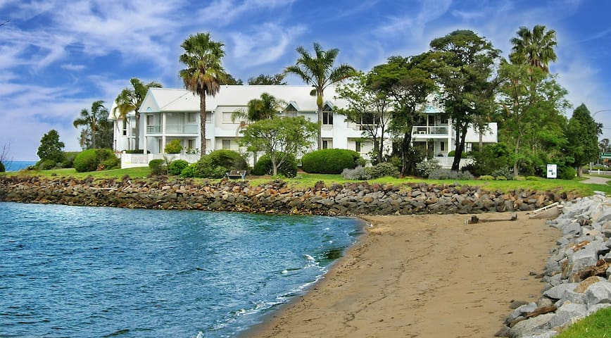 Luxury Water Front 3 Bedroom Apartment - Batemans Bay - Daire
