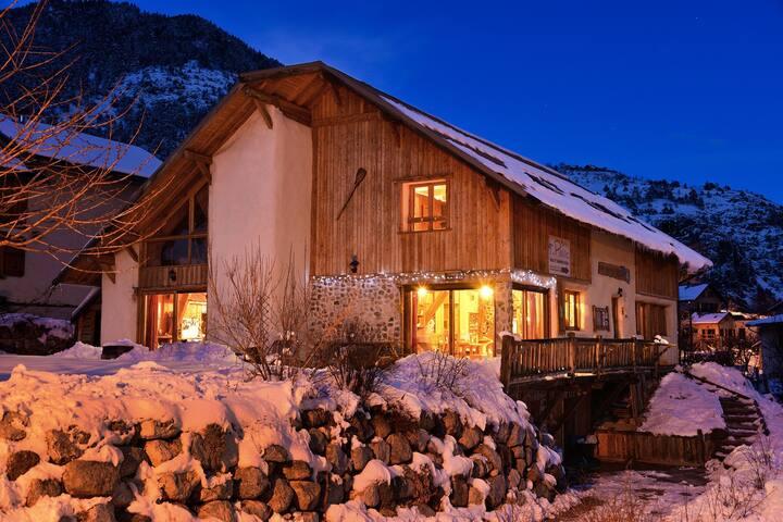 Maison écologique  Briançon avec SPA 15 pers maxi - saint martin de queyrières - บ้าน