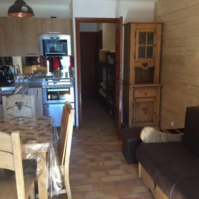 Vue d'ensemble,cuisine,  et les deux lits superposés dans l'entrée .