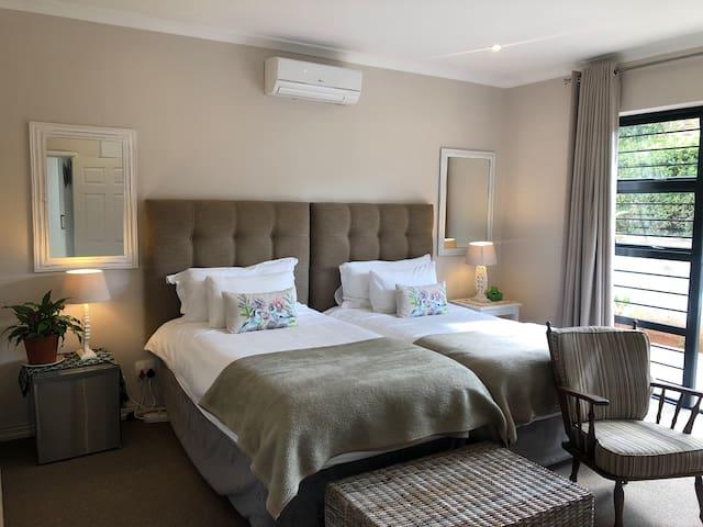 Shorebreak 1 Deluxe 2 bed-bedroom. WIFI.dstv. PVT