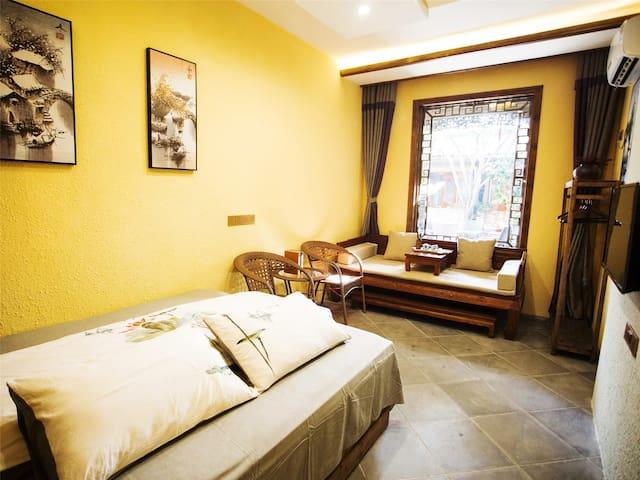 在水一方·宏村景区内中心位置的徽派民宿,提供宏村景区口免费接送,特色早餐的大床