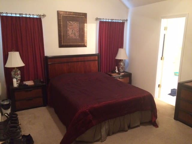 Comfortable Spacious Bedroom w/ private bathroom