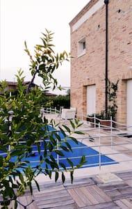 Stanza privata con bagno in villa con piscina - アンコーナ