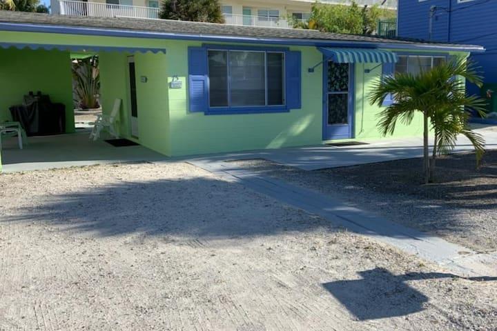 Clean & Comfy Beach Cottage super-close to Gulf!