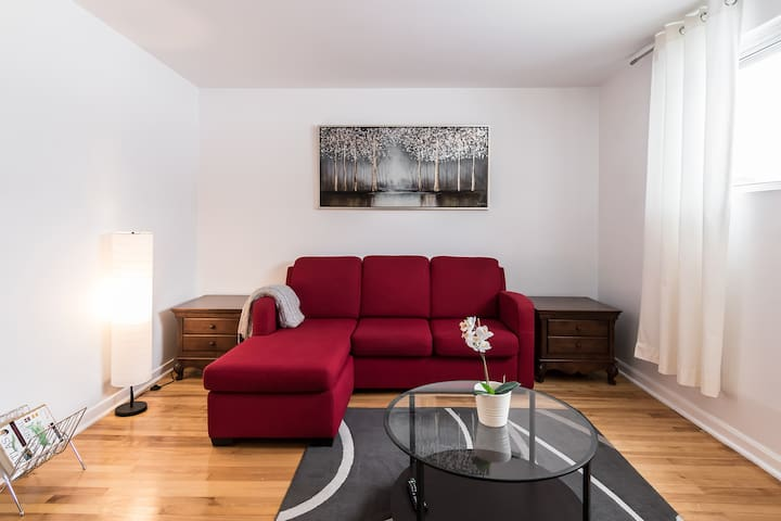 Entire 2 bedroom & Parking incl. 10 min Montreal