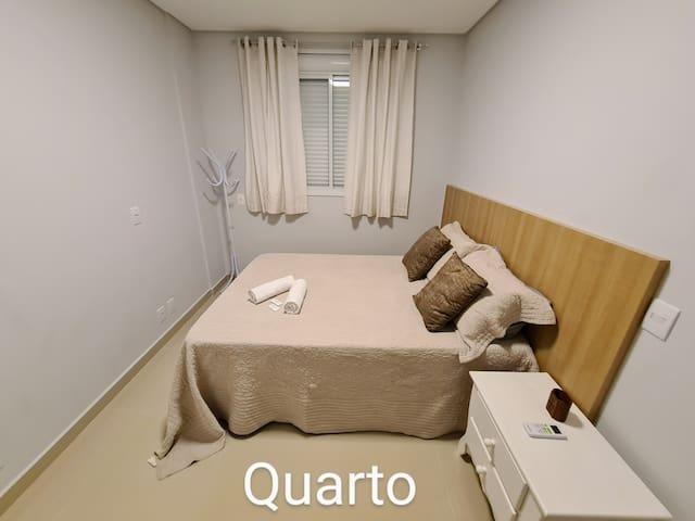 Conforto, ar condicionado, persiana elétrica e roupa de cama super confortáveis.