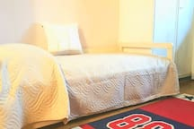 Camera singola: letto singolo pronto per gli ospiti. Ogni nostro letto è dotato di finiture alberghiere per quanto riguarda: coprimaterasso, lenzuola, federe, cuscini e trapunte copriletto. Coccolatevi con finiture alberghiere!