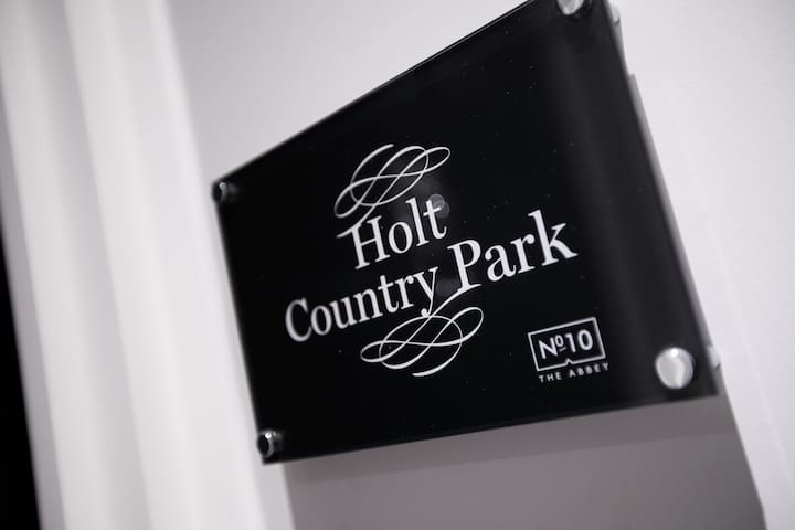 Holt Country Park · Modern & Spacious Apt 10 mins from Norwich!