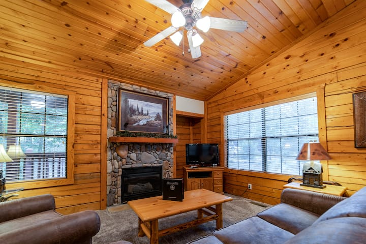 Cozy Walk-in King Bed Cabin for Two with Fireplace