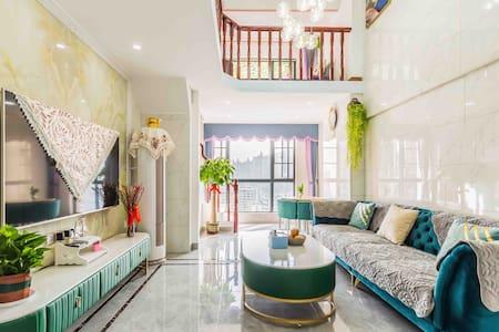 武江区汇展华城复式loft公寓,高档装修,割爱出租。宜住2-6人。