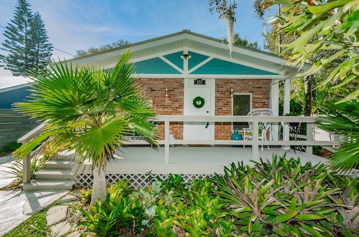 "New! ""Harbor Oasis"" Premier Cottage with hot tub!"