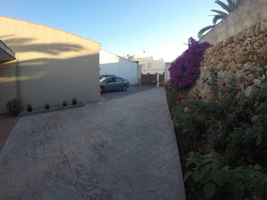 Zona de aparcamiento al lado de la entrada principal de la casa.